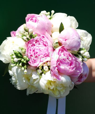 Buchet mireasa bujori albi, bujori roz si bouvardia alba