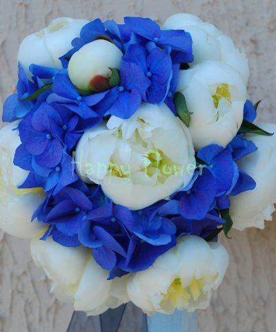 Buchet mireasa hortensii albastre si bujori albi