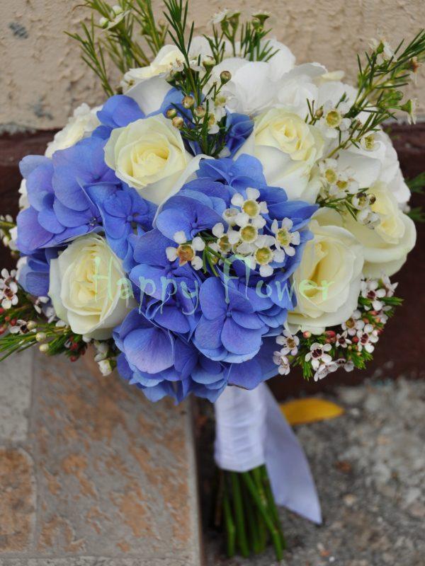 Buchet mireasa hortensii albe si albastre, trandafiri albi, waxflower alb