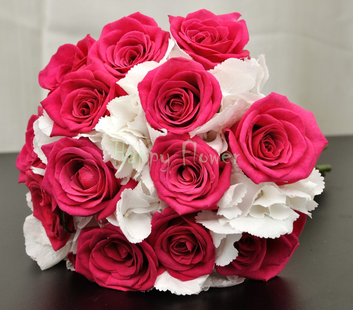 Buchet mireasa hortensii albe si trandafiri fuchsia