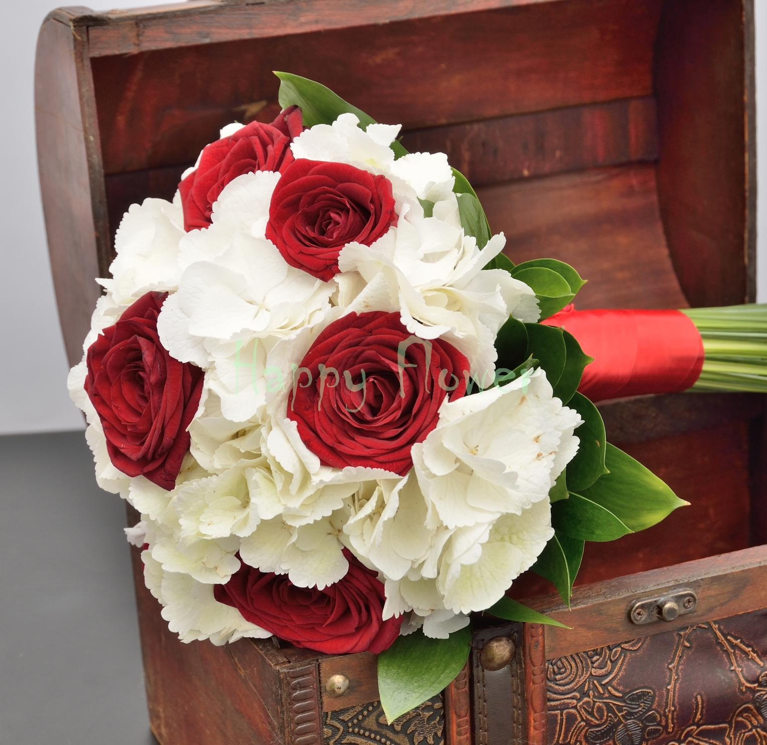 Buchet De Mireasa Din Hortensii Albe Si Trandafiri Rosii Happy