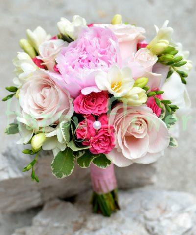 Buchet mireasa pastel cu bujori, trandafiri, miniroze, frezii