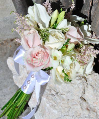 Buchet mireasa trandafiri albi si roz pal, cale albe, frezii albe, astilbe roz pal