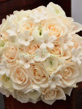 Buchet mireasa trandafiri crem, ranunculus alb si Stephanotis