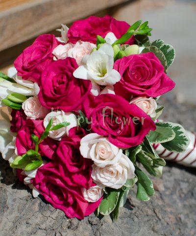 Buchet mireasa trandafiri fuchsia, frezii albe, miniroze crem-rose