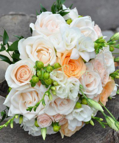 Buchet mireasa trandafiri, lisianthus si frezii albe