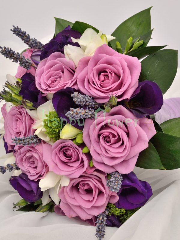 Buchet mireasa trandafiri mov, frezii albe, lisianthus mov, levantica
