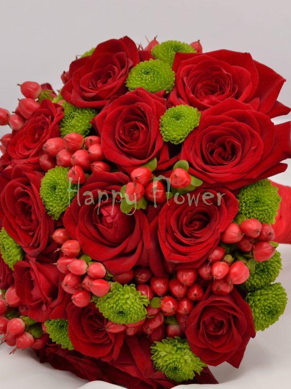 Buchet mireasa trandafiri rosii, hypericum rosu, santini verde