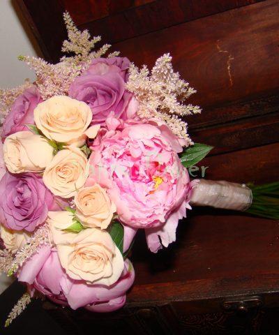 Buchet mireasa trandafiri mov, bujori roz, miniroze crem-rose