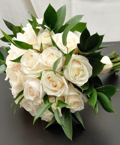 Buchet mireasa trandafiri ivoire si ruscus