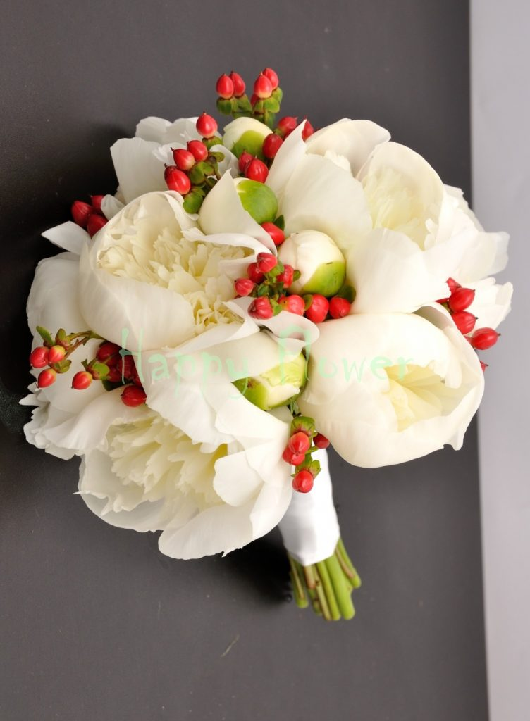 Buchet mireasa bujori albi si hypericum rosu