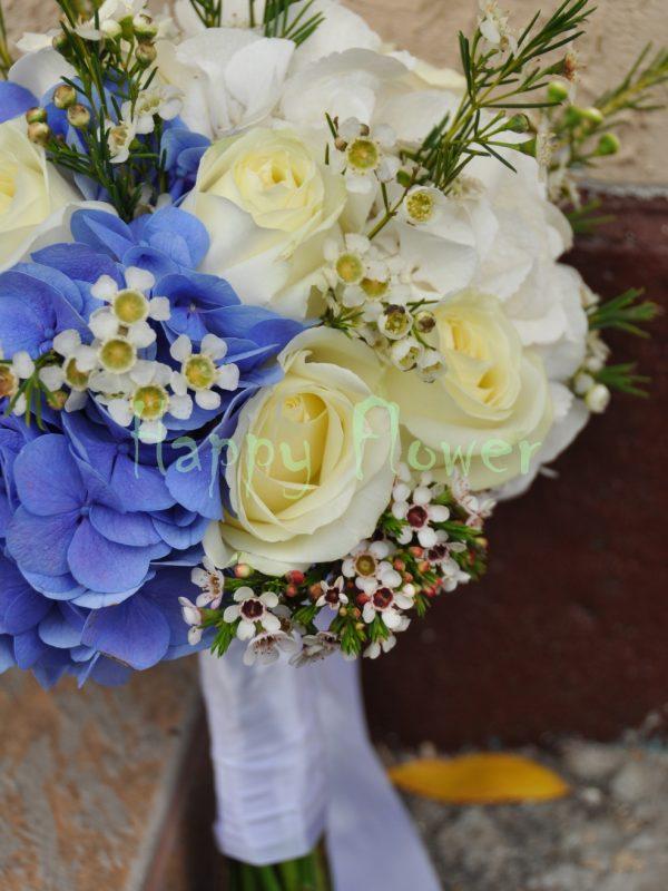 Buchet mireasa alb-albastru hortensii si trandafiri