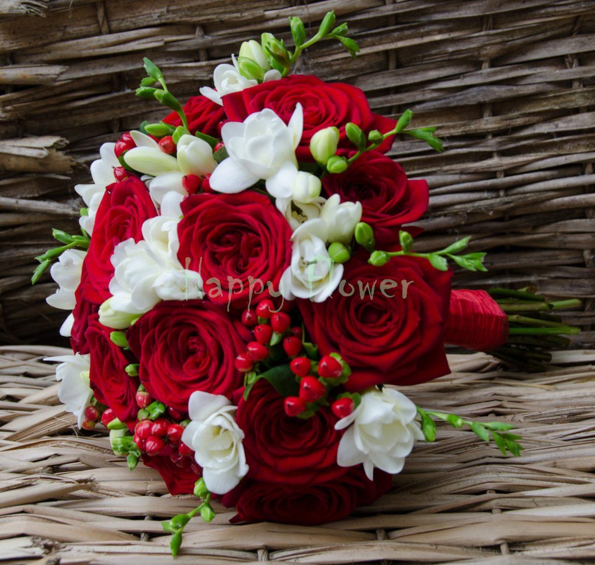 Buchet Mireasa Trandafiri Rosii Frezii Albe Hypericum Rosu Happy