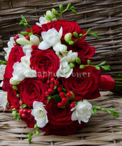 Buchet mireasa trandafiri rosii, frezii albe, hypericum rosu