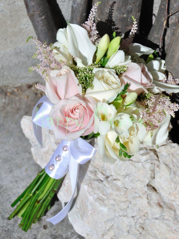 Buchet mireasa trandafiri albi, roz pal, cale albe mici, frezii albe, astilbe roz pal