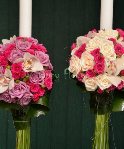 Lumanare nunta pe o parte din trandafiri crem, orhidee alba, miniroze cyclam