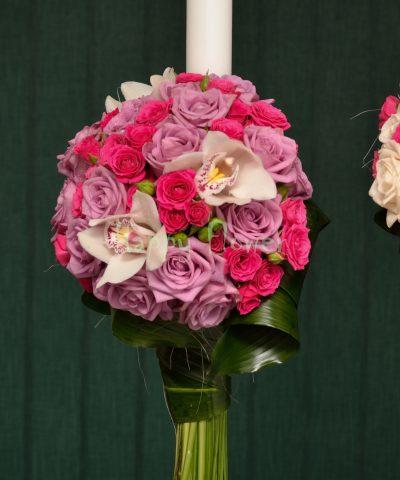 Lumanare nunta pe o parte din trandafiri mov, orhidee alba, miniroze cyclam