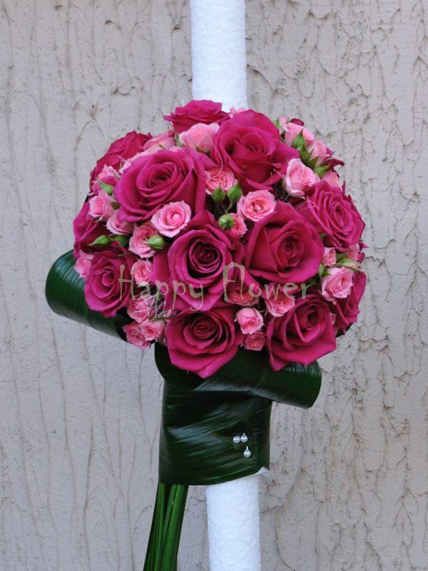 Lumanare pe o parte din trandafiri fuchsia si miniroze roz pal