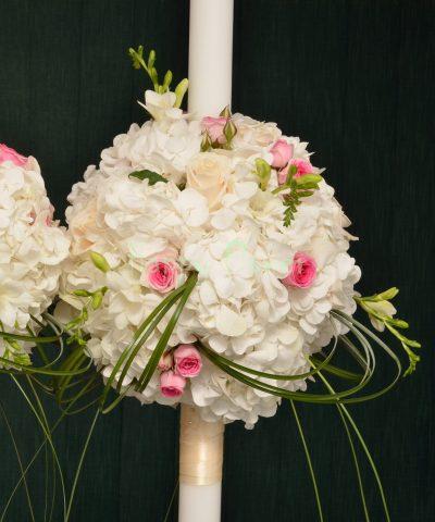Lumanari cununie hortensii albe, miniroze roz, frezii albe, trandafiri crem