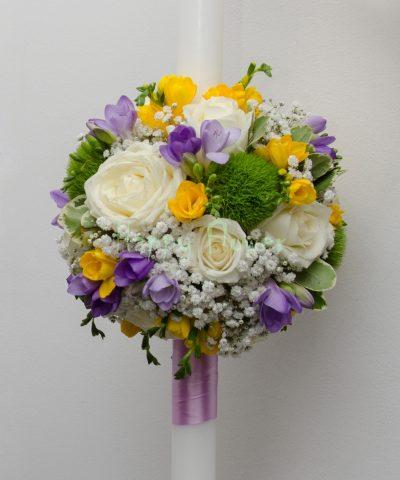 Lumanari cununie pe rotund (inaltime lumanare 60 cm), trandafiri albi, frezii galbene si mov, garoafe verzi Trick, floarea miresei