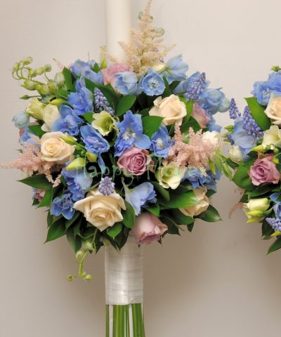 Lumanari nunta pe rotund, din trandafiri, delphinium, ranunculus, muscari, astilbe