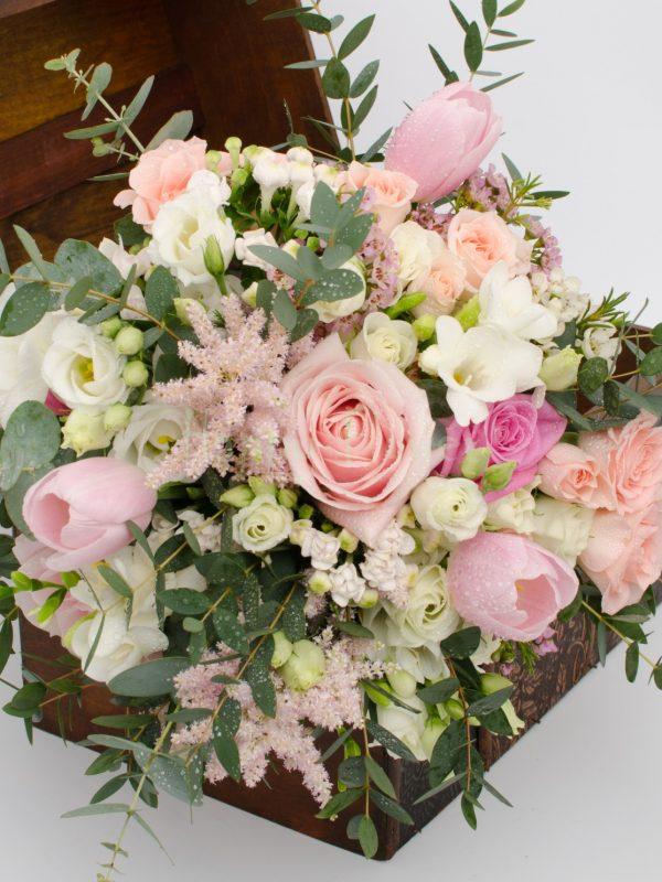 Buchet mireasa pastel, trandafiri roz pal, miniroze, astilbe roz, frezii, eucalipt