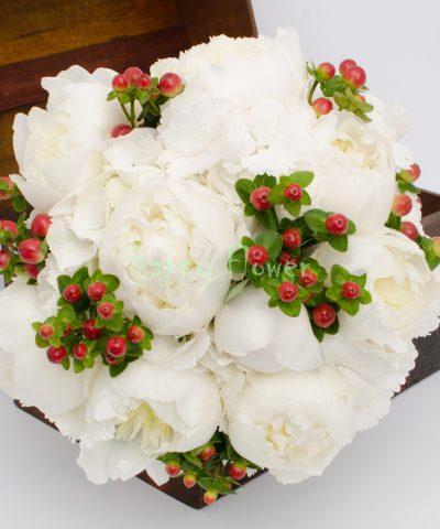 Buchet mireasa hortensii si bujori albi, hypericum rosu
