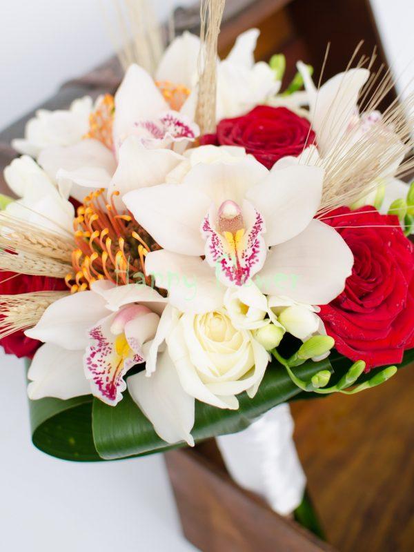 Buchet mireasa orhidee cymbidium alba, trandafiri, frezii, leucospermum portocaliu, spice de grau
