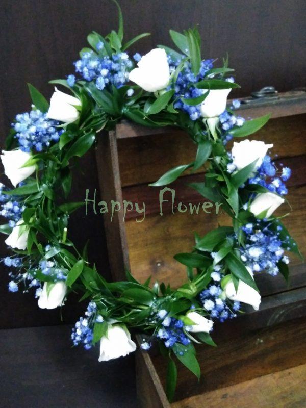 Coronita miniroze albe si floarea miresei albastra