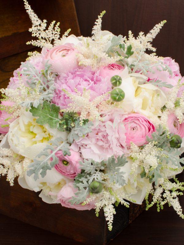 Buchet mireasa bujori roz si bujori albi, astilbe, ranunculus
