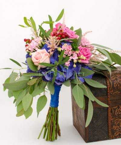 Buchet de mireasa sau nasa botanical, cu eucalipt, hortensie, trandafiri, bouvardia, hypericum
