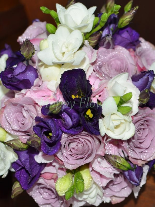 Buchet mireasa sau nasa din hortensii roz, trandafiri mov, lisianthus mov, frezii albe