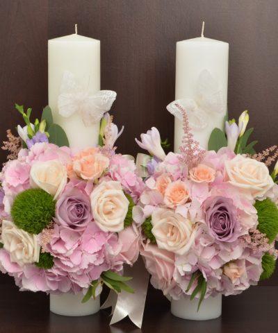 Lumanare nunta hortensii roz, trandafiri pastel, frezii mov, garoafa verde