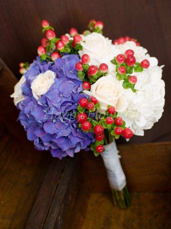 Buchet mireasa sau nasa din hortensii albe si albastre, trandafiri crem, hypericum rosu