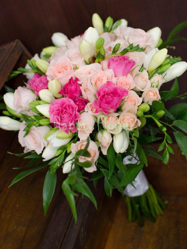 Buchet mireasa miniroze roz si frezii albe
