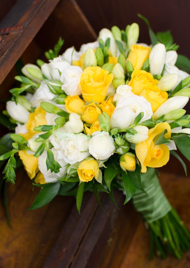 Buchet Mireasa Miniroze Galbene Si Albe Frezii Albe Happy Flower