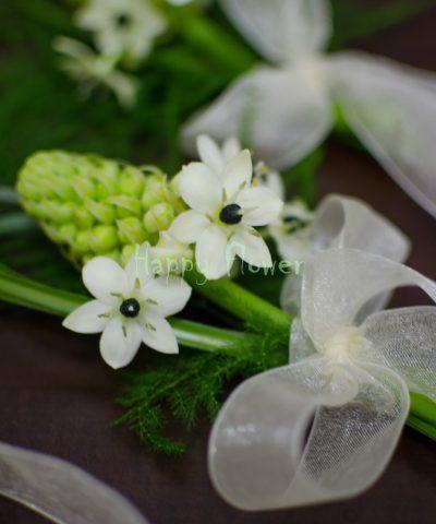 Corsaj ornitogalum alb, beargrass, organza ivoire