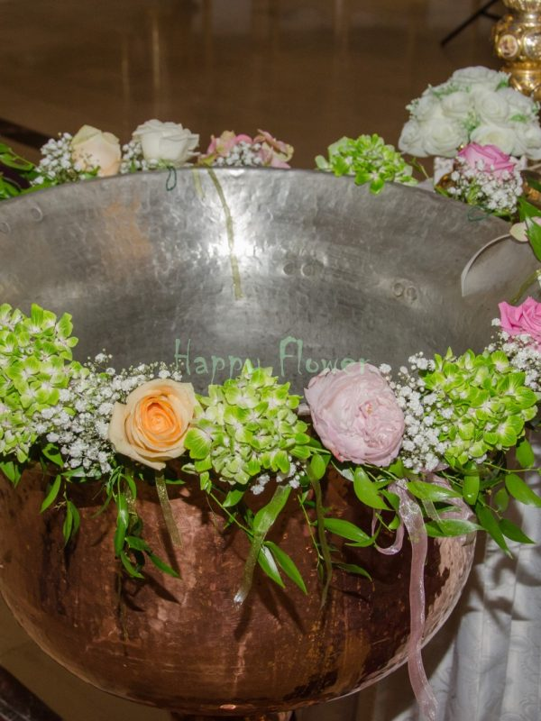 Aranjament cristelnita botez hortensii pastel, trandafiri, bujori