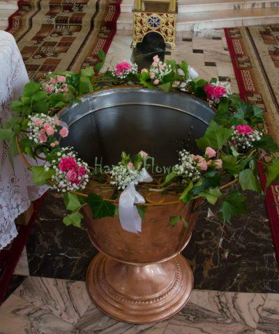 Ghirlanda cristelnita botez cu miniroze roz, floarea miresei si iedera