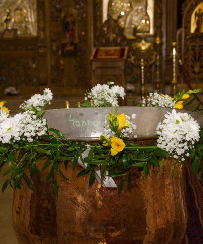 Ghirlanda cristelnita din frezii galbene, crizanteme albe, floarea miresei