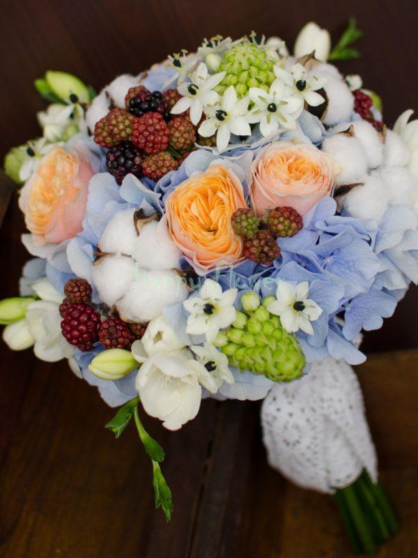 Buchet de mireasa cu bumbac si mure, hortensii bleu, trandafiri Vuvuzela, ornitogalum, frezii albe