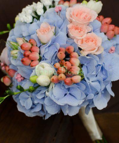 Buchet mireasa pastel, hortensii bleu, miniroze roz pal, hypericum, frezii albe