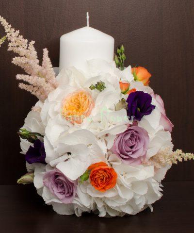Lumanare scurta hortensii albe, trandafiri mov si vuvuzela, lisianthus, astilbe