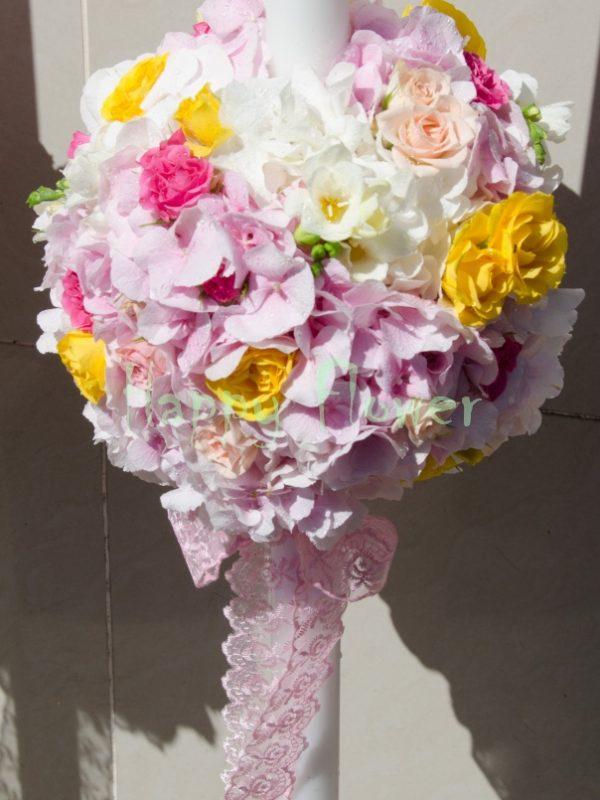 Lumanare sfera hortensii roz, miniroze galbene si fuchsia, frezii albe