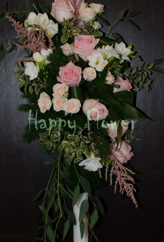 Lumanare cununie pe o parte din flori pastel, trandafiri, frezii, miniroze, eucalipt