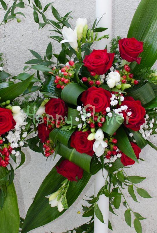 Lumanare cununie pe o parte cu trandafiri rosii, frezii albe, hypericum rosu, floarea miresei