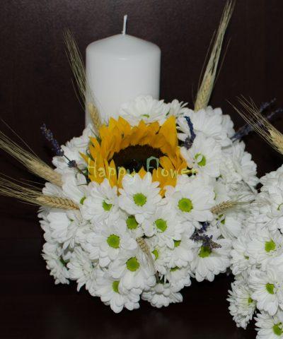 Lumanare cununie scurta din crizanteme albe, floarea soarelui, levantica si spice natur
