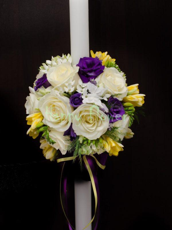 Lumanare botez pe rotund din trandafiri albi, frezii galbene, lisianthus mov, bouvardia alba
