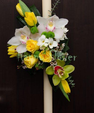 Lumanari-60cm-crem-pe-o-parte-lalele-galbene-orhidee-frezii
