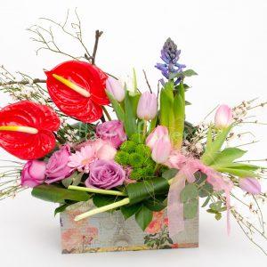 Aranjament-floral-anthurium-rosu-trandafiri-mov-lalele